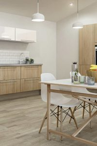 hygena-cuisine-loft-crdence-carrelage-metro-et-plan-inox-en-harmonie-avec-facede-bois-clair