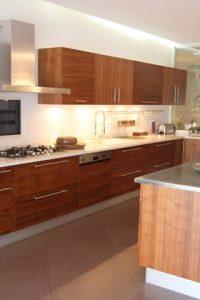 cuisine-contemporeine-show-room-equipee-finition-plaque-bois-bete-jpg